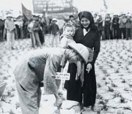Ruộng đất cho dân cày. Người nông dân khắp nơi đã kéo nhau theo đảng cộng sản với hy vọng có được ruộng đất
